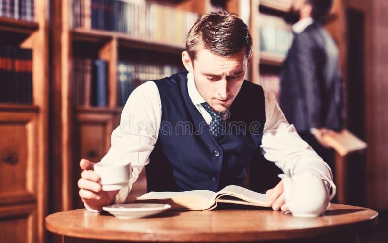 Образованная элита или аристократы тратят отдых в библиотеке стоковое фото rf