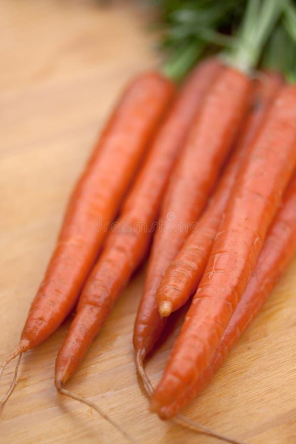 образовывает сбывание свежего рынка морковей стоковые изображения