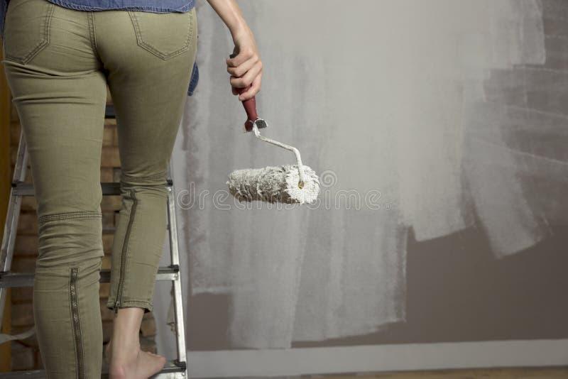 образцы ролика краски Красивая стена картины женщины с rolle краски стоковые фото