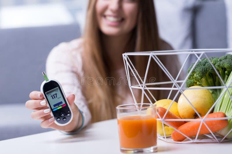 Образ жизни диабетической девушки ведущий здоровый стоковое фото