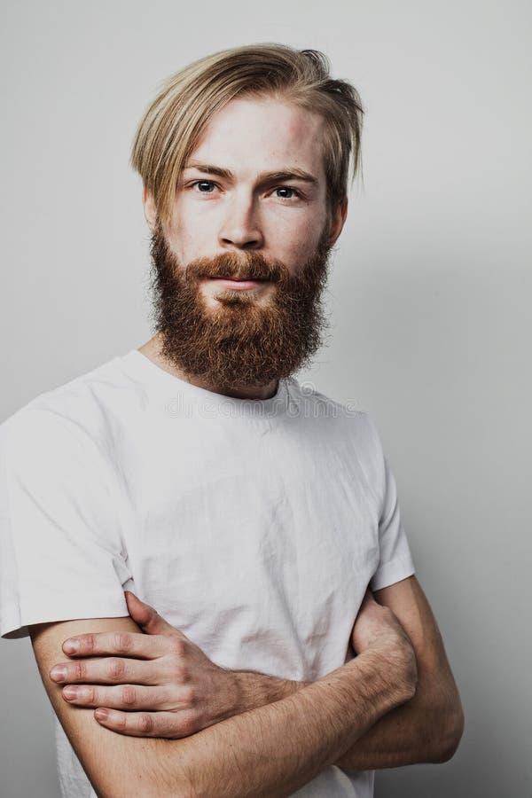 Образ жизни и концепция людей: Бородатый человек при его пересеченные оружия стоковые изображения
