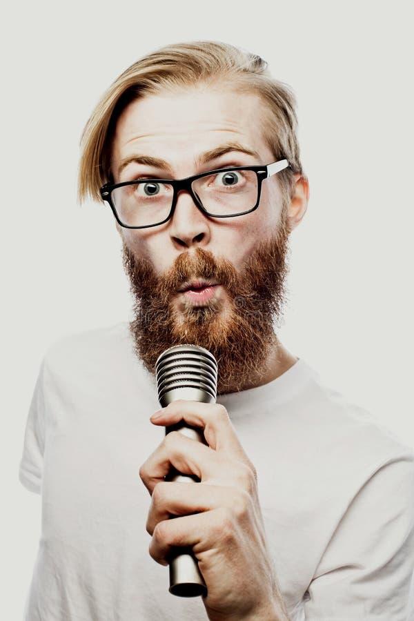 Образ жизни и концепция людей: молодой человек поя с микрофоном стоковое фото rf