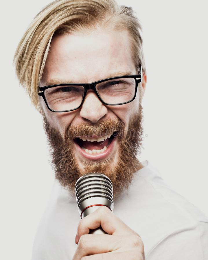 Образ жизни и концепция людей: молодой человек поя с микрофоном стоковое изображение rf