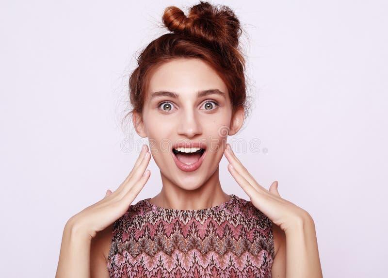 Образ жизни и концепция людей: Shocked вспугнул красивую молодую женщину, широко раскрытый рот стоковое фото