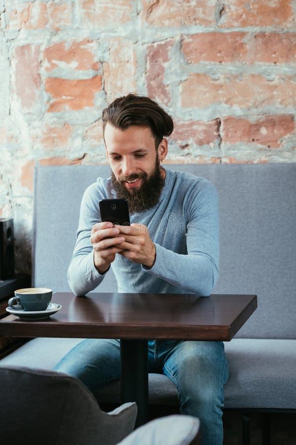 Образ жизни чтения мобильного телефона человека ведя блог бесполезный стоковые изображения