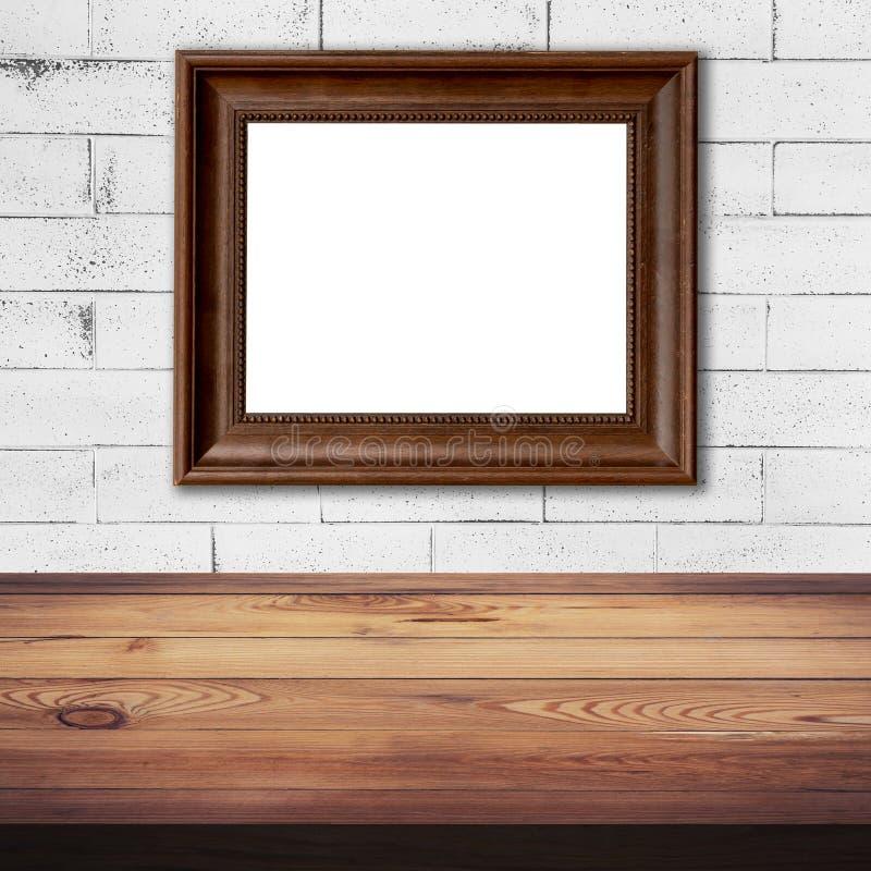 Обрамите изображение на белой предпосылке таблицы кирпичной стены и древесины стоковая фотография rf