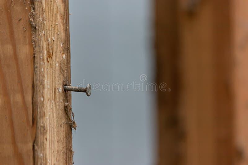 Обрамленные деревянные доски с ногтем вставляя из его стоковое изображение rf