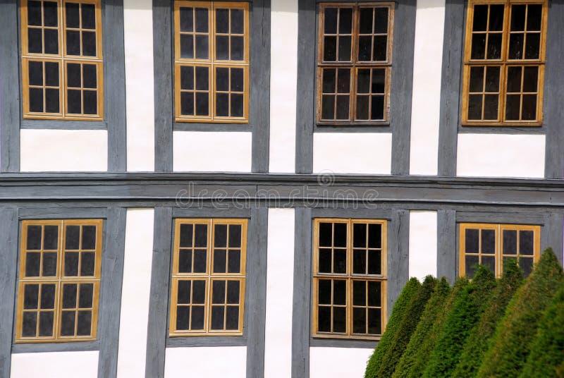 Обрамлять тимберса окна стоковые фото