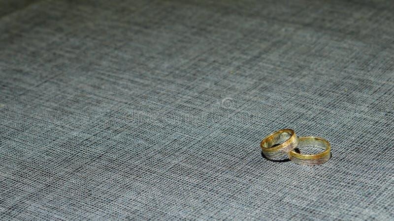 2 обручального кольца в штейновых золоте и платине над черно-белой тканью стоковая фотография rf