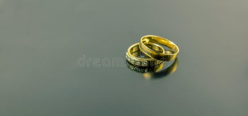 2 обручального кольца изолированного на темной предпосылке стоковое фото rf