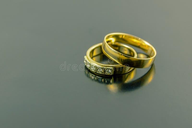 2 обручального кольца изолированного на темной предпосылке стоковые фотографии rf
