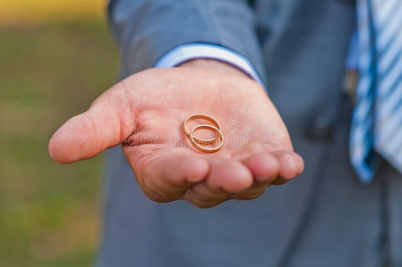 Обручальное кольцо в руке стоковые фотографии rf