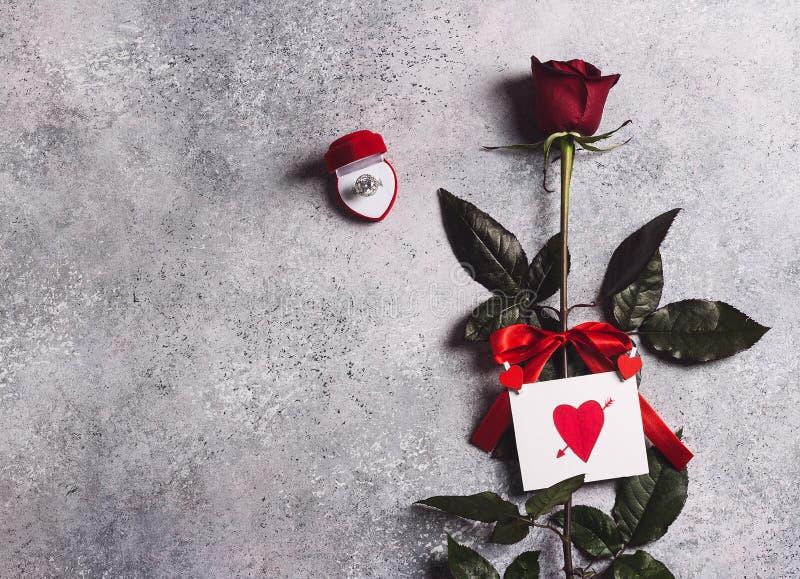 Обручальное кольцо дня матерей женщин дня валентинок в красной розе коробки стоковое изображение rf