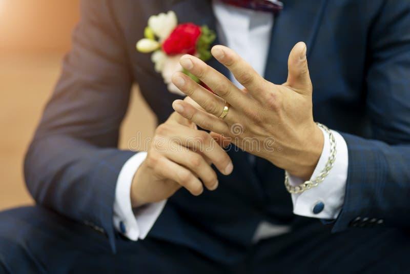 Обручальное кольцо на конце-вверх руки groom стоковые фотографии rf