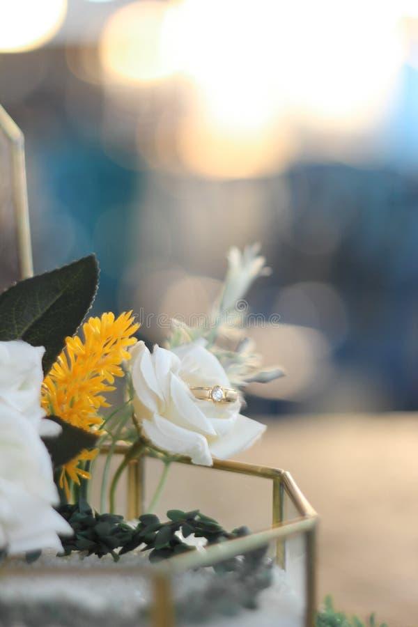 обручальное кольцо на коробке с цветком стоковое изображение