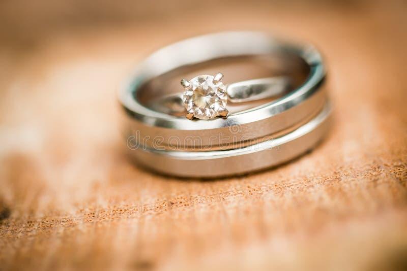 Обручальное кольцо серебра или диаманта платины стоковые фото