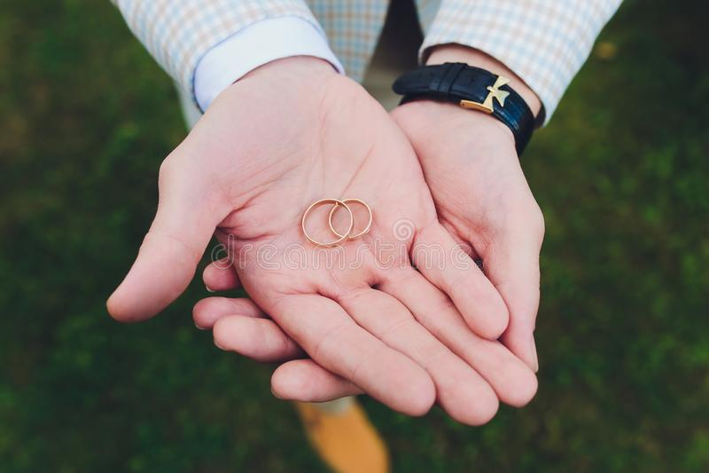 Обручальные кольца в руке холят стоковая фотография rf