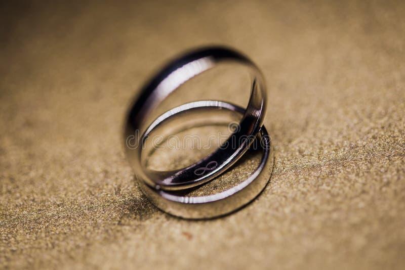 Обручальные кольца Золотые кольца на предпосылке женатый стоковое изображение
