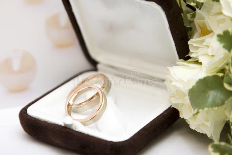Обручальные кольца и букет стоковое изображение rf