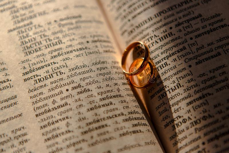 Обручальные кольца на листе старой бумаги стоковое фото rf