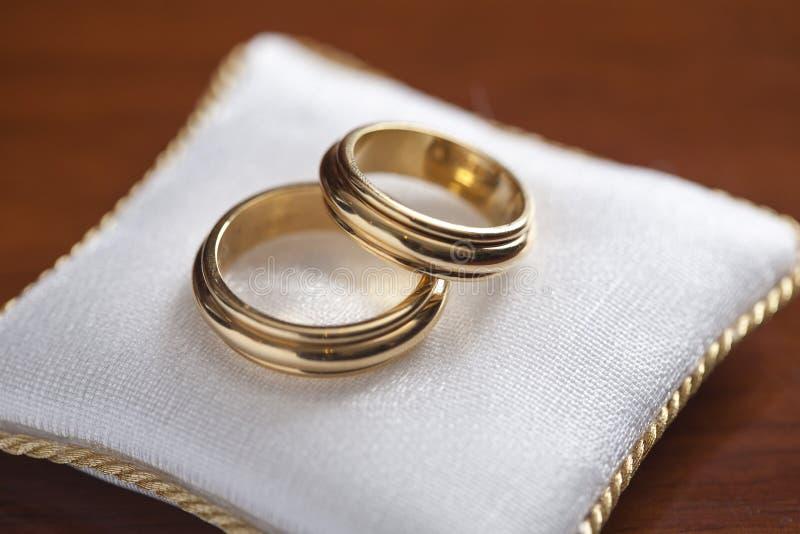 Обручальные кольца, свадьба, на валике стоковая фотография