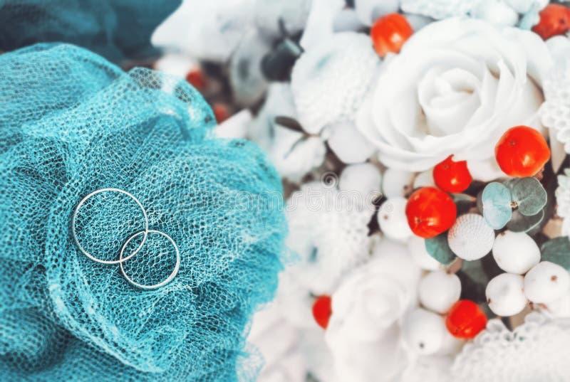 Обручальные кольца свадьбы запачкали предпосылку стоковое фото rf
