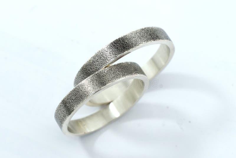 Обручальные кольца, символ любов и счастье, на белой предпосылке стоковые изображения rf