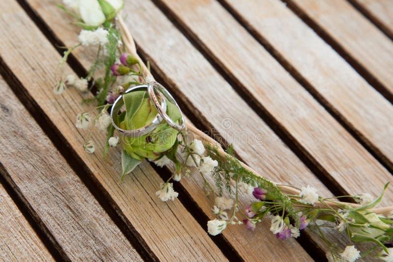 Обручальные кольца с красивой пригонкой цветут букет bridal стоковая фотография