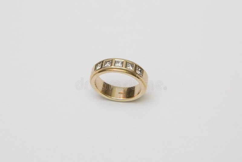 Download Обручальное кольцо желтого золота при диаманты изолированные на белизне Стоковое Изображение - изображение насчитывающей изолировано, closeup: 81801105