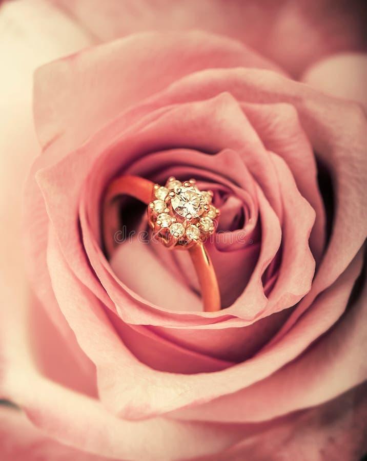Обручальное кольцо диаманта в розовом цветке стоковое фото