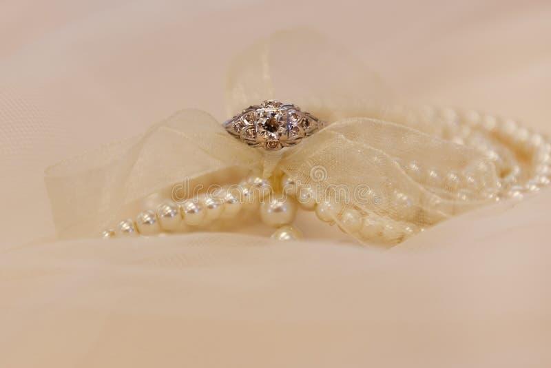 Обручальное кольцо наряду с браслетом жемчуга стоковое изображение rf
