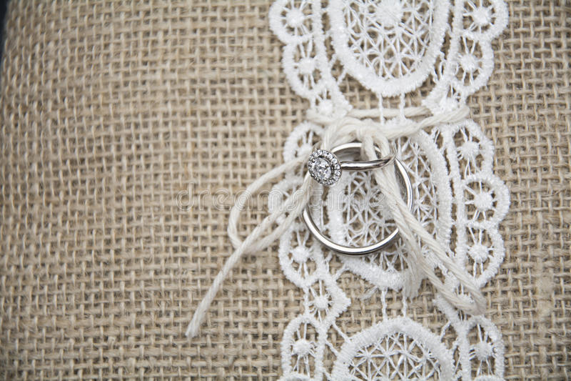 Обручальное кольцо на подушке стоковое изображение rf