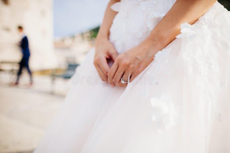 Обручальное кольцо на руке ` s невесты стоковые фотографии rf