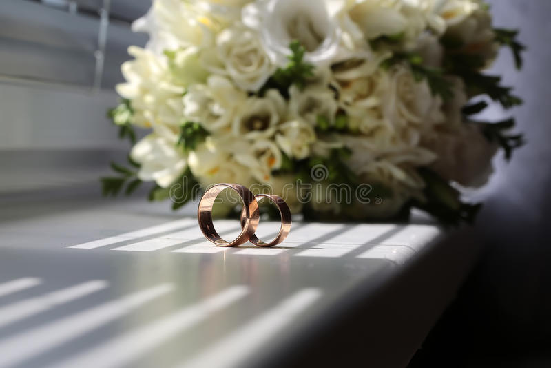 Обручальное кольцо 2 около пука стоковое изображение rf
