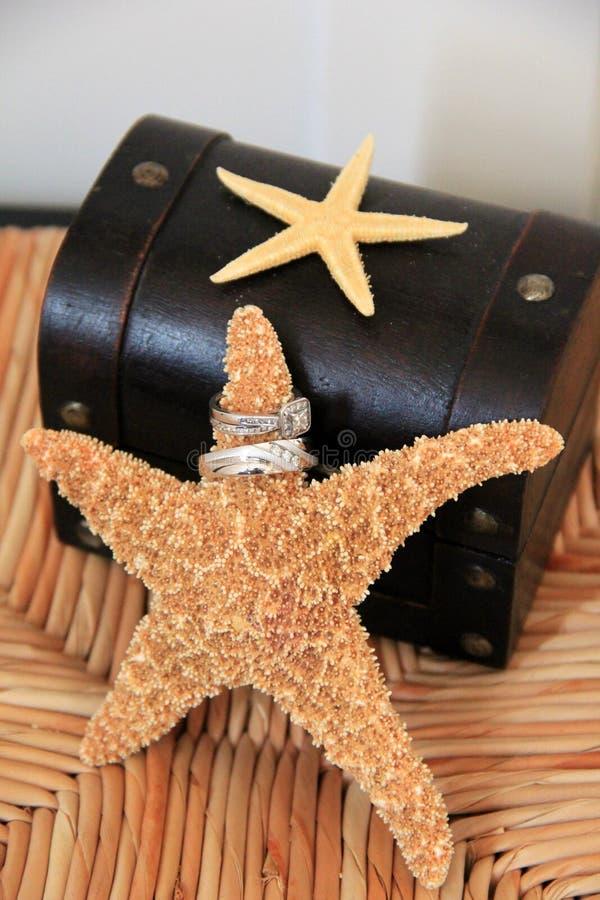 Обручальное кольцо установило с морскими звёздами, в пляж-тематической церемонии стоковое фото rf