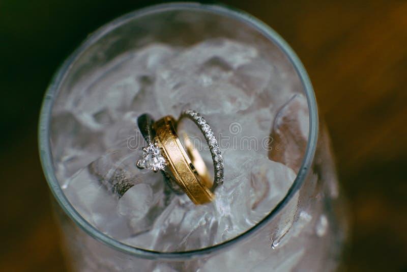 Обручальные кольца в воде со льдом стоковое изображение rf