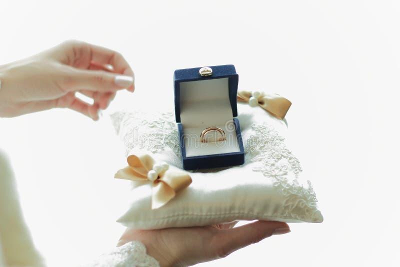 Обручальные кольца в коробке, замужество стоковое фото rf