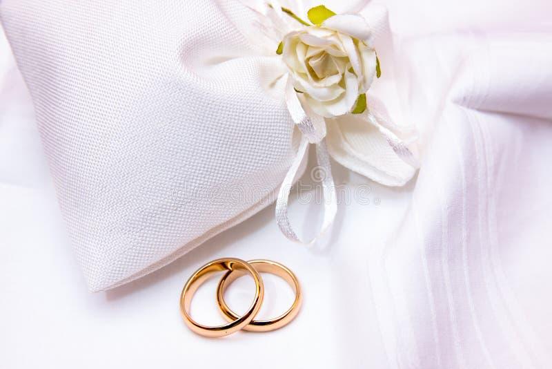 Обручальные кольца в сумке ткани стоковая фотография