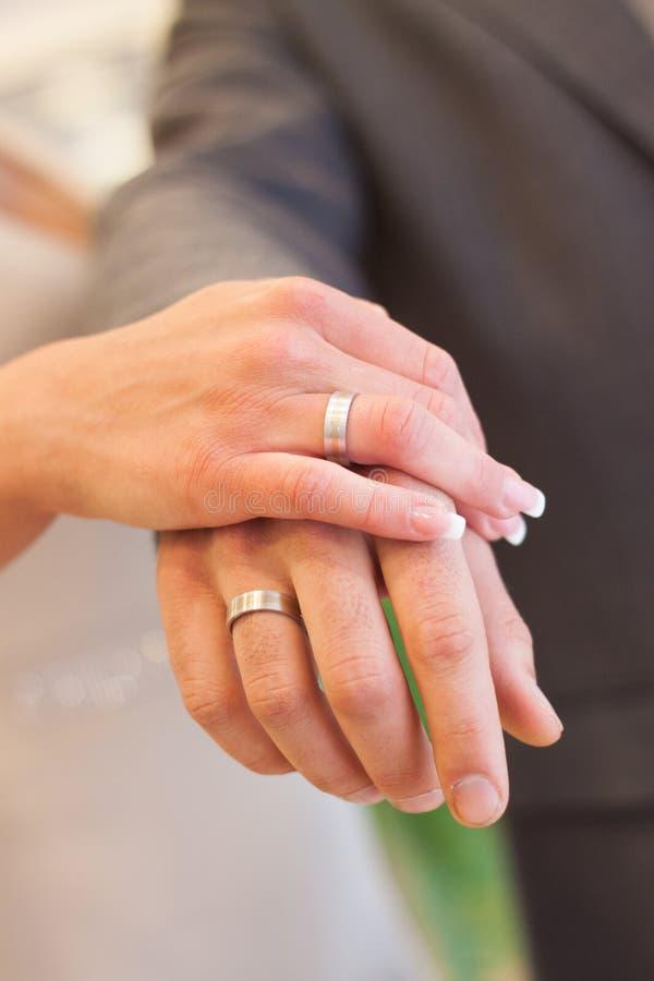 Обручальные кольца жениха и невеста на руках стоковая фотография rf