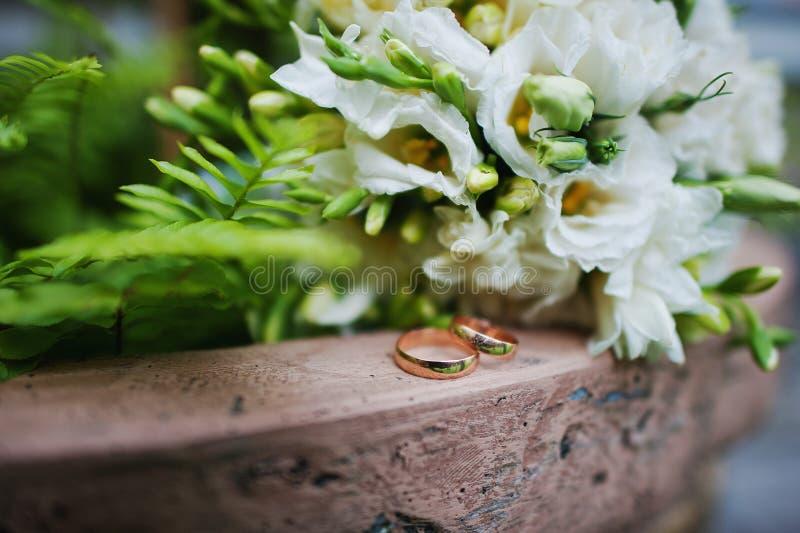Обручальные кольца захвата стоковое фото rf