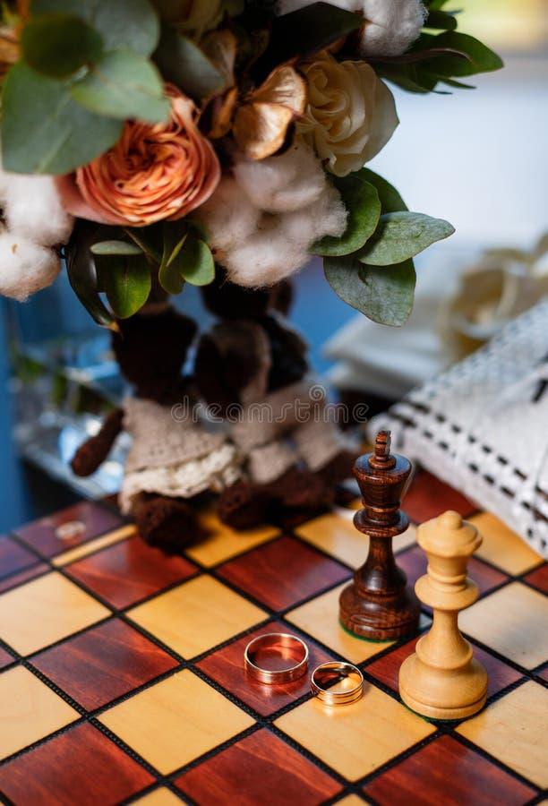 Обручальные кольца и шахмат стоковое изображение rf