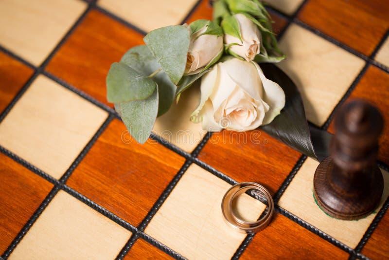 Обручальные кольца и шахмат стоковые изображения