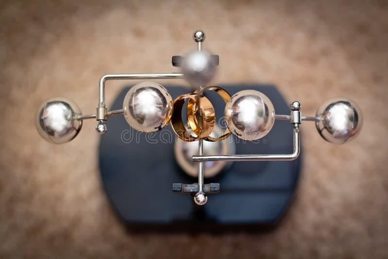 Обручальные кольца на балансе стоковые изображения