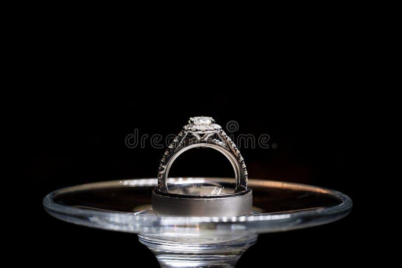 Обручальные кольца на бокале стоковые изображения