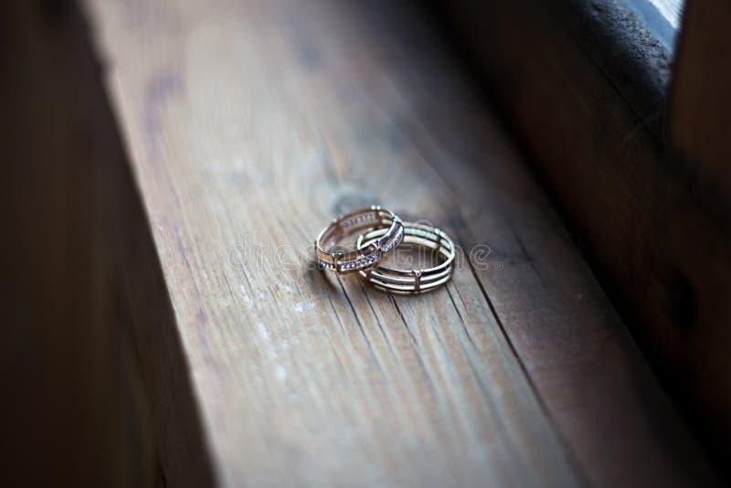 Обручальные кольца на деревянной предпосылке стоковая фотография