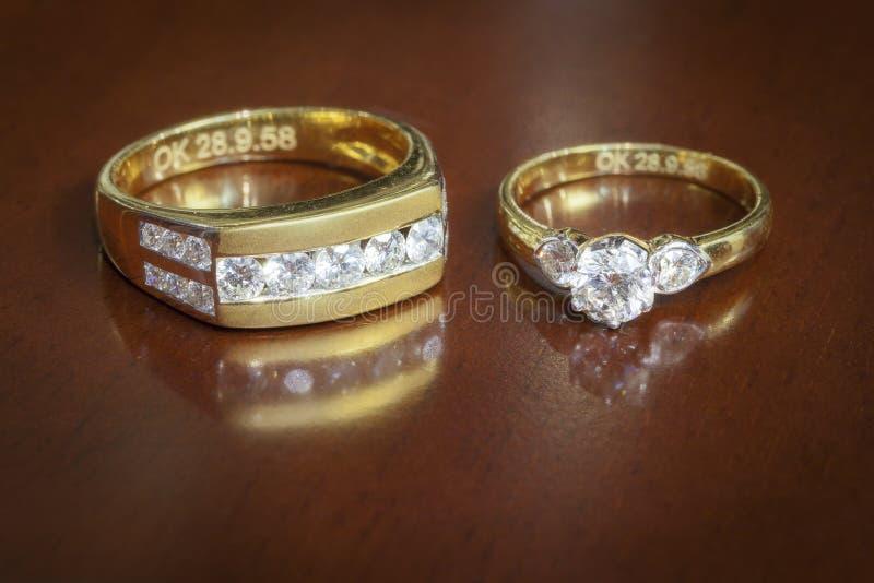 Обручальные кольца на деревянном столе стоковое фото rf