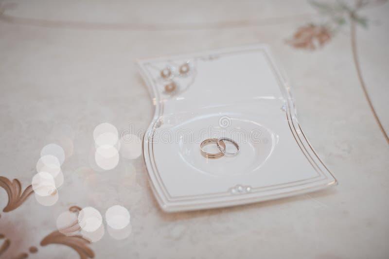 Обручальные кольца на плите стоковые фотографии rf