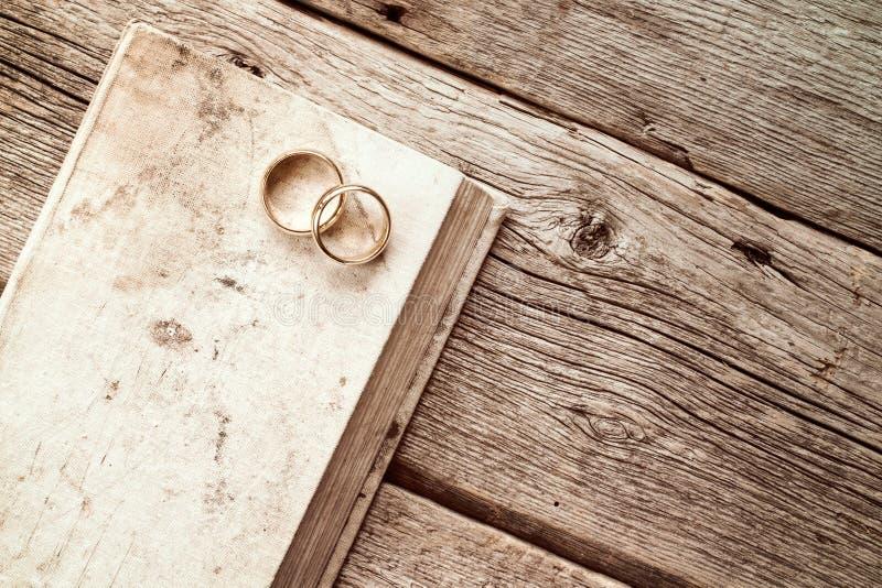 Обручальные кольца на старой книге стоковое изображение rf