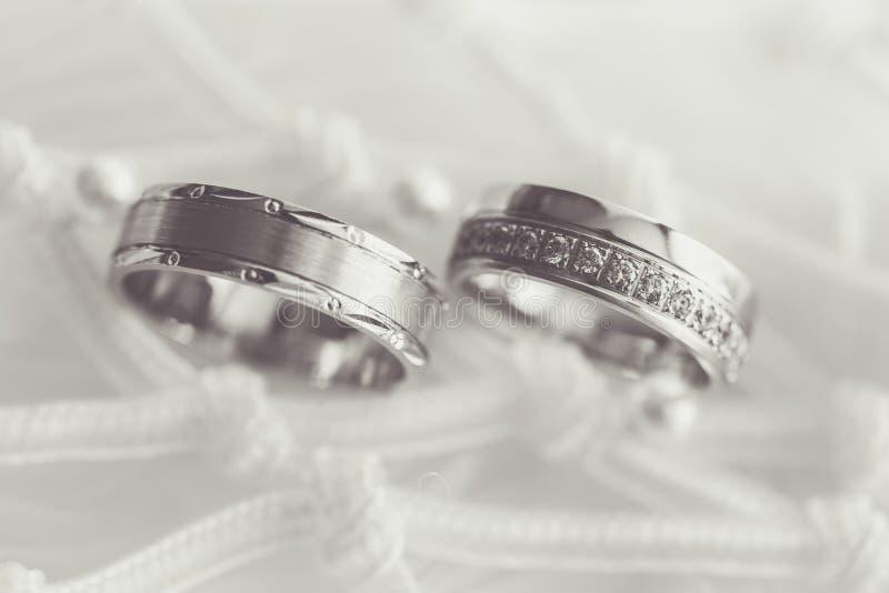 Обручальные кольца на ткани стоковое фото rf