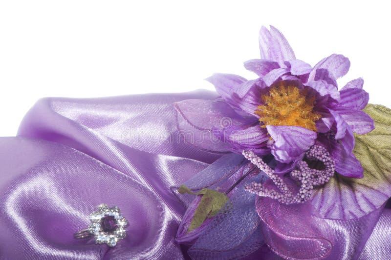 Download Обручальные кольца на цветастой ткани Стоковое Фото - изображение насчитывающей романско, bowwow: 40583602